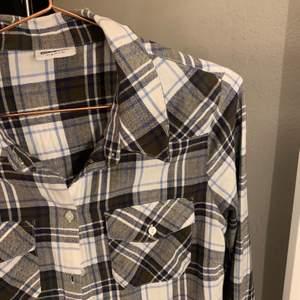 Sjukt snygg skjorta i strl S från veromoda!! Köparen står för frakt, buda i kommentarerna 🤍🤍