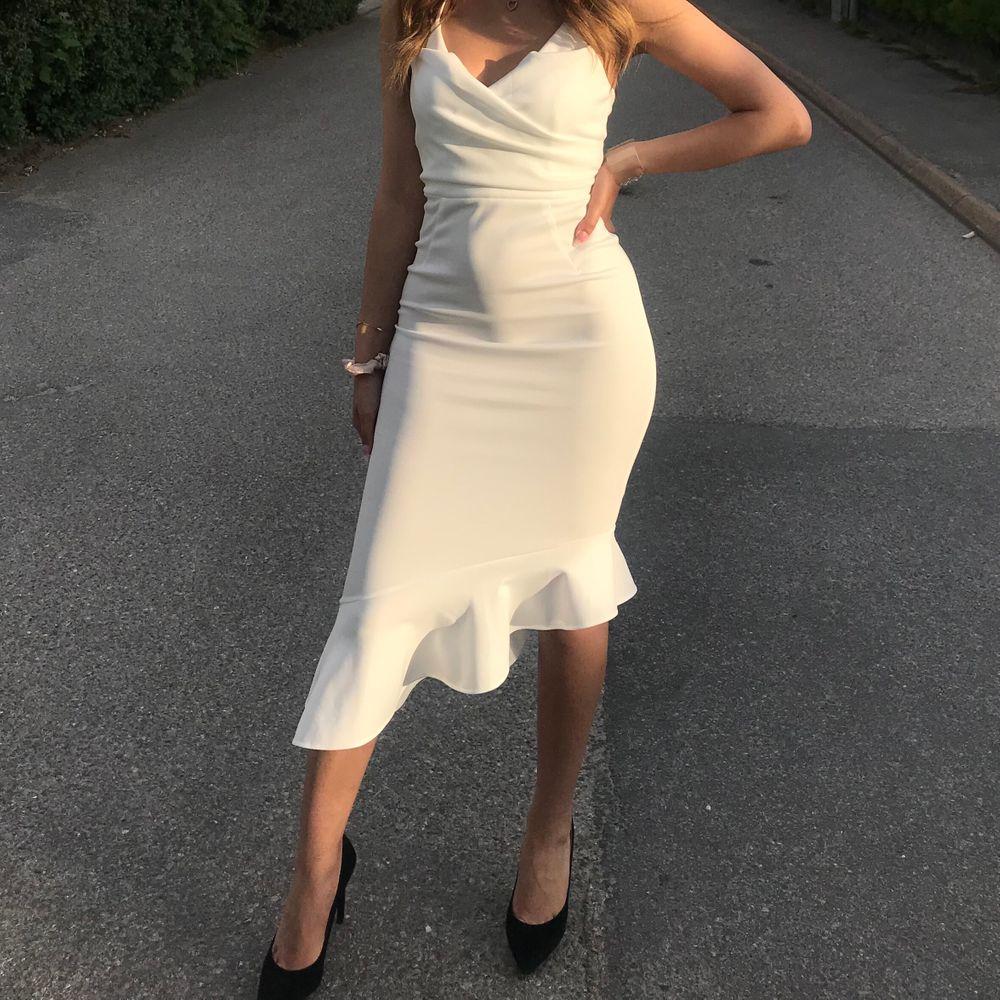 En vit klänning med volang köpt från asos, använd endast en gång som studentklänning. Passar perfekt även som festklänning. . Klänningar.