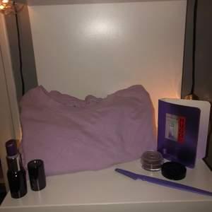 Litet lila kit med små saker och en ljus lila tröja i storlek:S                          Om du vill ha fler bilder eller om du har frågor kan du skriva privat till mig.💕 gratis frakt🤪 pris kan diskuteras