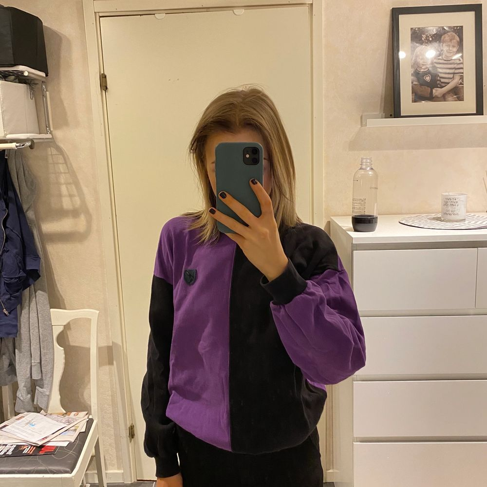 lila-svart randig sweatshirt med logga på bröstet, bra skick inga synliga märken eller fläckar, står ingen storlek med jag är i vanliga fall s/xs buda. Tröjor & Koftor.