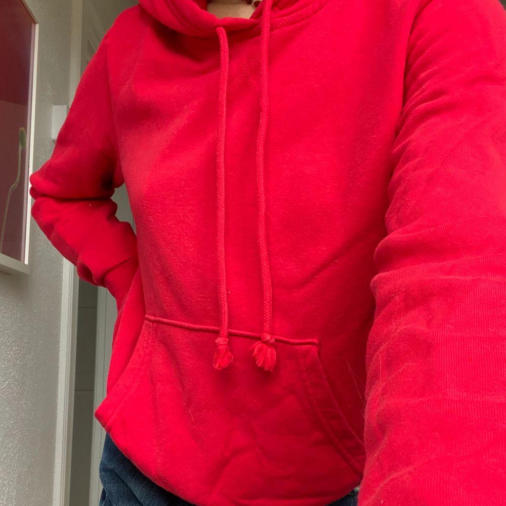 En röd hoodie i storlek S. Jag har en likadan till så säljer därför denna. Kontakta mig med ett bud!👍🏻. Huvtröjor & Träningströjor.