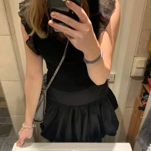 Så fin kjol köpt på weekday, är lite stor i midjan på mig som brukar ha xs så skulle säga att den passar s-m, själv har jag satt en säkerhetsnål i midjan så den ska passa. Verkligen så fin och sitter så snygg på men kommer bara inte till användning 💕😊
