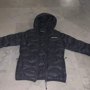 Säljer en helt felfri peak jacka i nyskick endast använd ett fåtal gånger storlek S. Har sålt en exakt lika dan förut men i en storlek mindre. Inga slitningar, hål eller lösa sömmar, som ny! Passar både tjejer och killar. Nypris: 2000kr