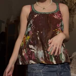 Super gulligt brunt linne med Blom detaljer köparen står för eventuellt frakt