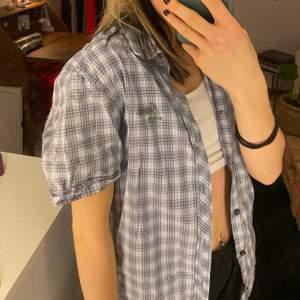 kortärmad skjorta från esprit med tryck på ryggen, står ingen storlek men jag är i vanliga fall en s/xs och är 164cm lång💞💞💞