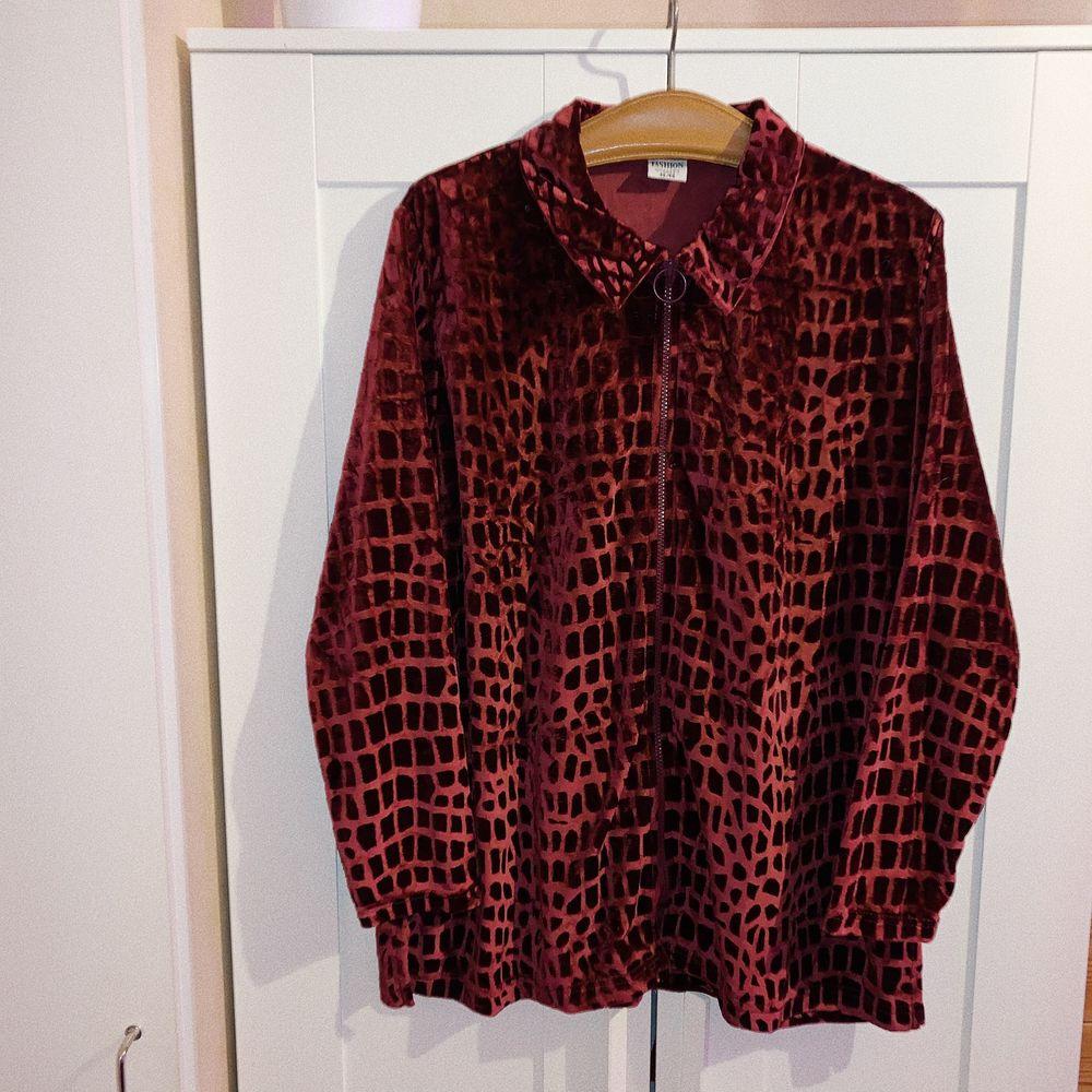 "Zip ""skjorta"" i leopard mönster, velvet material. Size L 🪐. Skjortor."