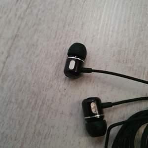 Oanvända hörlurar som följde med nya mobilen 🥰❤️