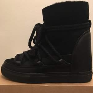 Säljer dessa svarta Inuikii skor. De e en kilklack och är fåtalgånger använda ungefär 2gånger men väldigt gott skick, storlek 37 men passar 36-38!! Nypris 2800kr säljs för 1300kr skickas i kartong !!<3