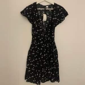 Säljer den här supersöta klänningen i storlek XS/32, det är från Hm. Aldrig använd och vill ha 59kr+frakt för den🦋