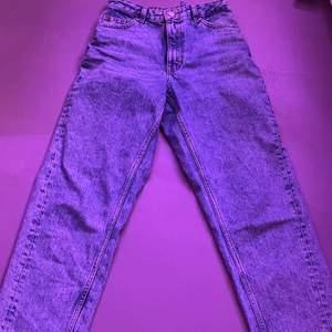 så snygga jeans från monki, det är i en ny modell som jag nt vet vad heter, den är mid waist och baggy:) sydd in där bak men inget man lägger märke till