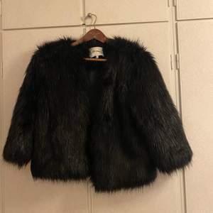 Säljer min väns Dry lake faux fur coat (inte äkta päls), populär och i väldigt fint skick! Pris är diskuterbart