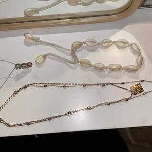 """3 st assecoarer 1 halsband med två kedjor och två hängen (kedjorna sitter ihop så man kan inte ha 1 och 1), ett till halsband med tre """"diamanter"""" varav 2 transparanta och en rosa.💛🤍 Toppar outfiten:). Det första halsbandet går att skystera hur stort man vill ha det, men man kan inte ta loss kedjorna från varandra. Det andra halsbandet är inte skysterbart. Och armbandet/fotbandet går att skystera. (Det är igenkligen ett fotband men man kan även ha det som armband om man har lite större handled). 1 för 20kr två för 35kr och 3 för 45kr. DM vid intresse/frågor/fler bilder.❣️(Det kan du göra här under där det står """"kontakta""""). Avhämtning på Södermalm eller frakt till självbetalningspris.:)"""