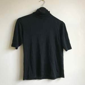 En polo t-shirt från Silkroad  Det är silke så den är väldigt mjuk å go  Knappt använd!