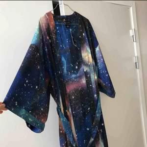 Har en till sån här kimono från Monki✨ denna är väldigt sparsamt använd. säljer den också för 200 kr.  Den kan användas som morgonrock. 🧚🏼♀️