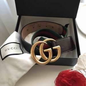 Snyggt Gucci bälte.Säljer skräpet för att de inte längre passar mig. Bra skick! Inköpt på Gucci butiken i Stockholm. Givetvis äkta! Skickar med kvitto, Gucci lådan och dutbag till skärpet. Om du undrar något är det bara att fråga. :)