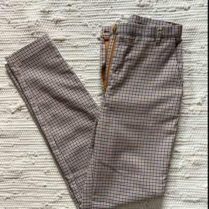 """Högmidjade byxor från Monki (""""Dressy tapered trousers"""") 🤩 använda max 2 ggr, mycket bra skick! Säljer då de tyvärr blivit för små för mig :("""
