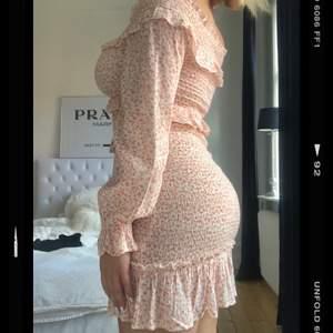Säljer min superfina volangklänning från Bikbok, den är helt ny med prislapp (nypris 499kr)
