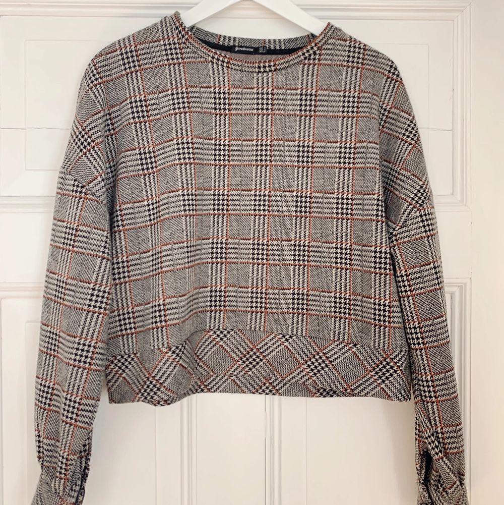 En jättefin rutig sweatshirt från Stradivarius, köpt i london. Köparen står för eventuell frakt📦. Tröjor & Koftor.