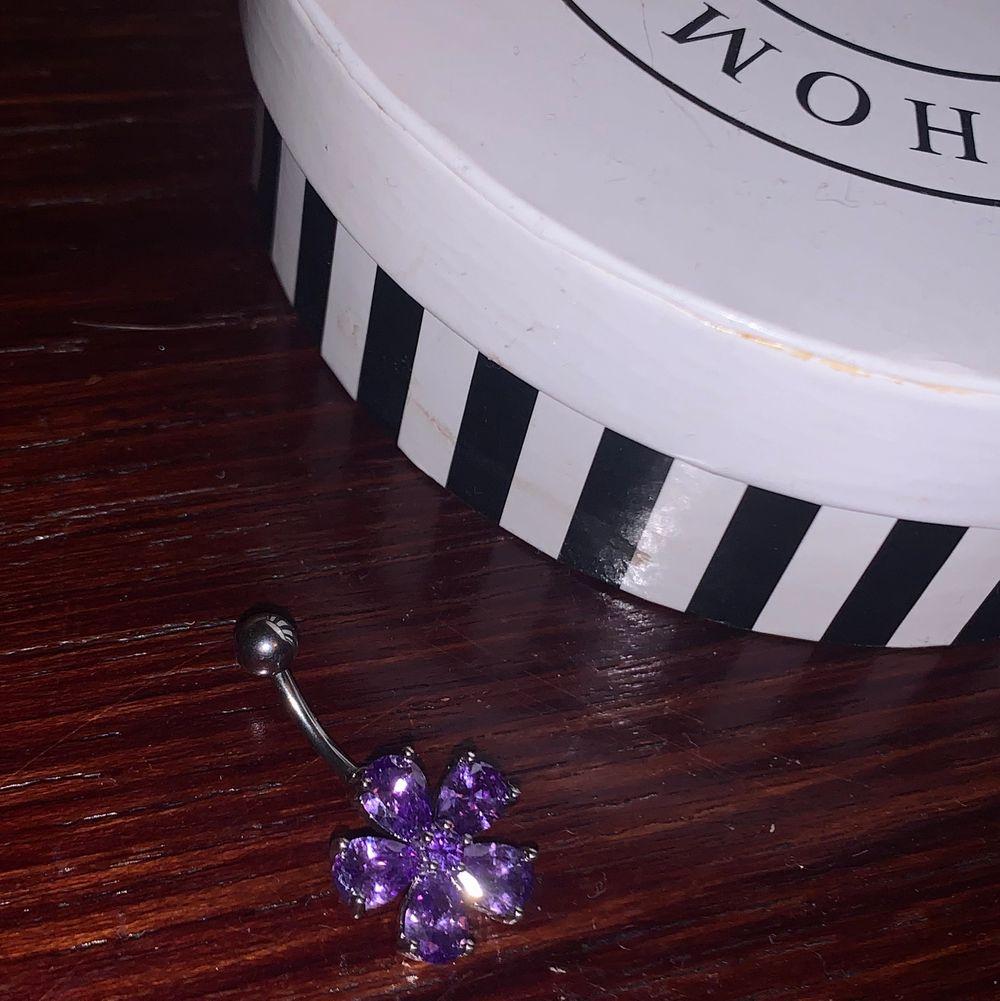 Superfin lila navelpiercing i form av en blomma🌸  Aldrig provad. Skriv privat för frågor!. Övrigt.