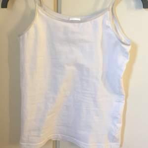 vitt basic linne. använt max 5 gånger. strl 158-164 så typ S. 🤍🤍🤍