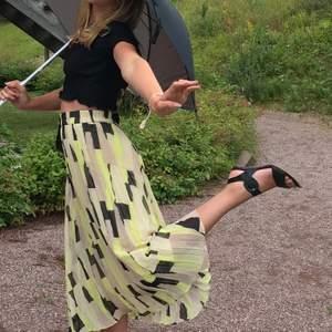 Säljer denna Asfina kjolen från Monki i strl S. Endast använd ett fåtal gånger och i väldigt fint skick.