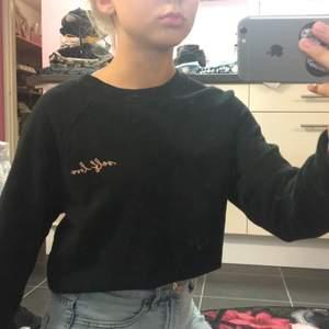 Säljer min långärmad tröja som är svart med ett litet rosa detalj, den är ifrån newyorker, storlek XS, helt oandvänd