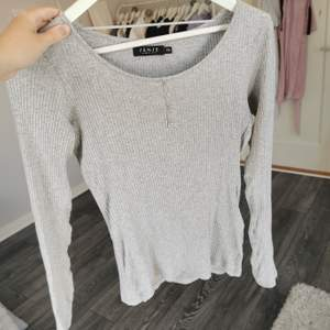 En grå ribbat tröja i storlek xs. Sitter tight o superfint. 40kr+frakt❤️
