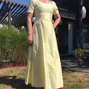 En jättefin skräddarsydd klänning fin Thailand med jättefint silke. Knappt använd och i superbra skick.
