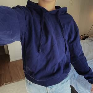 Populär basic hoodie ifrån NAKD i storlek S. Svårt att fånga färgen på bild men är klassisk marinblå. Inköpt för 249kr och säljes nu för 90kr + frakt 🚚