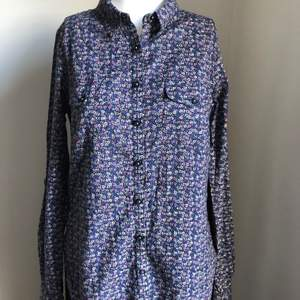 Blå blommig skjorta från Noa Noa i storlek S. Använd endast en gång.