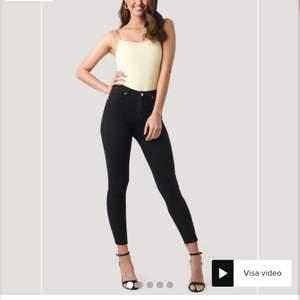Säljer dessa jeans från NAKD. Har klippt av dom lite för att de va alldeles för långa och passar nu mig som är runt 168cm❤️ endast använda en gång!! Ordinarie pris är 400kr, men jag säljer dessa för 200+frakt ❤️