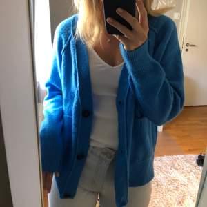 SUPERskön lite längre kofta i den perfekta blåa färgen. Passar många storlekar beroende på hur man vill att den ska sitta. Använd max 3 gånger och är verkligen jätteskön och fin nu till hösten! Från Noisy May men köpt på Nelly.com!
