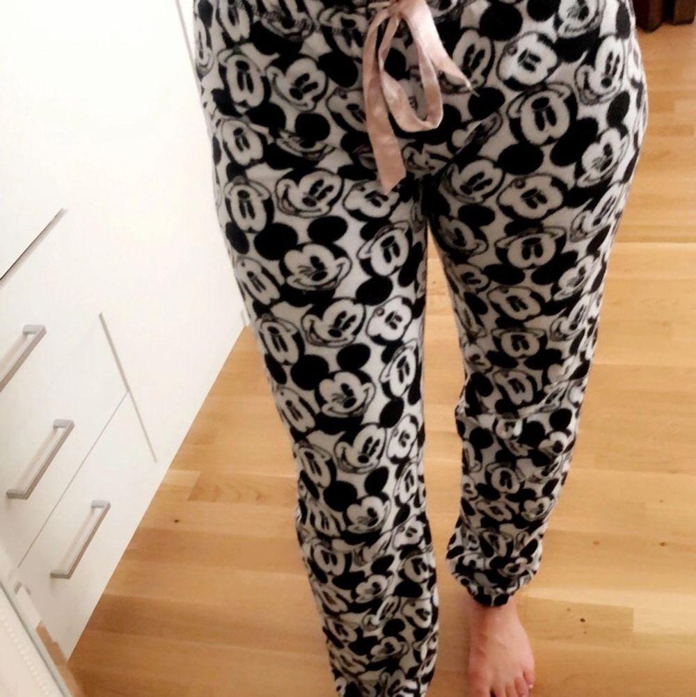 Säljer min sköna mjukisbyxa från HM, DisneyEdition!  (Köparen står för frakten). Jeans & Byxor.