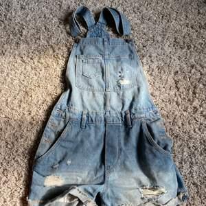 Blåa jeans hängsel shorts med slitningar, helt oanvända! Inte min stil, storlek 34! Frakt tillkommer