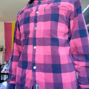En riktigt mysig fleeceskjorta från Pinewood. Är varm och gosig, men tyvärr lite liten i armarna för mig. Är i bra skick, knappt använd. Köpare står för frakten.