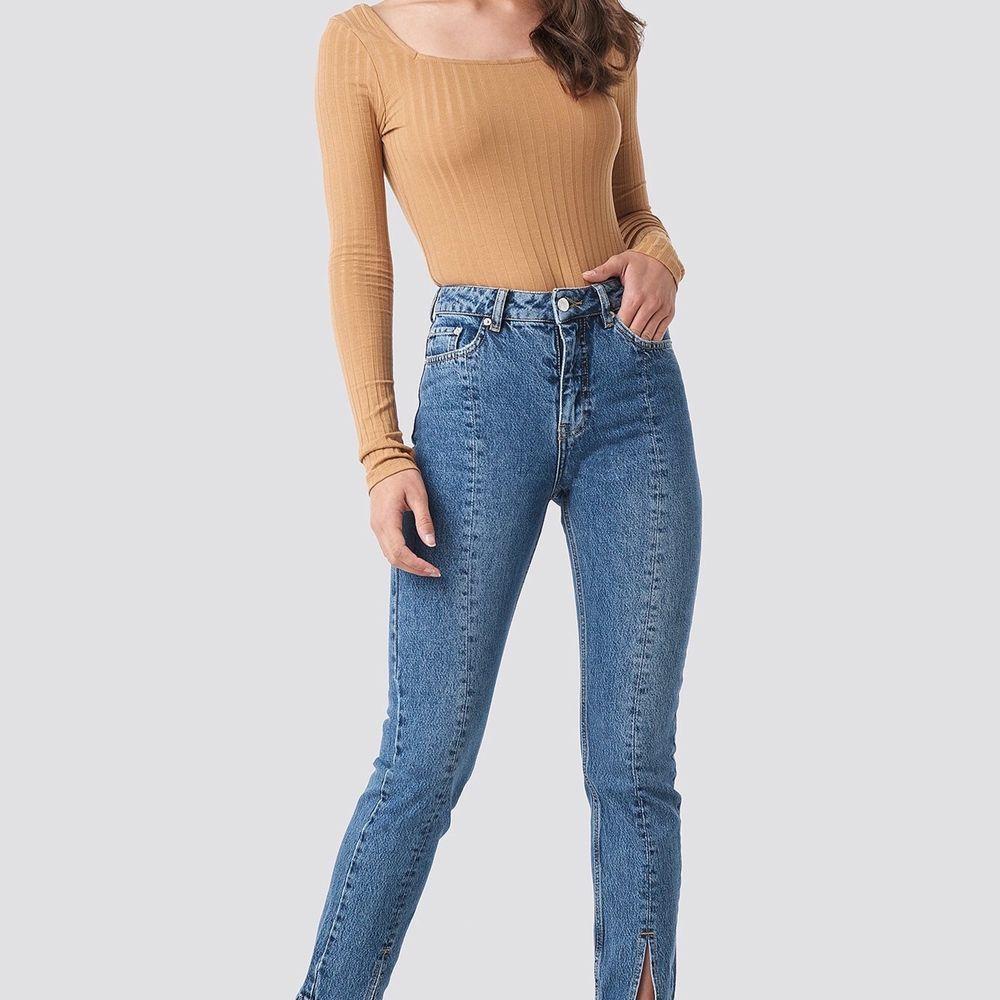 Jeans från NA-KD i strl 34 med slits fram vid benet. Använda 1 gång pga lite för små för mig. Köparen står för frakt💫. Jeans & Byxor.