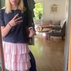 Säljer min superfina rosa kjol, som endast är använd en gång💗 Stl s och hoppas någon annan får användning för den ist för mig. Frakten ligger på 52 kr