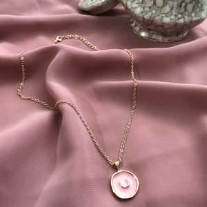 Väldigt fin halsband med en liten måne på, har aldrig använt och därför säljs den. 🌸 Den är som ny ✨ Frakten som vanligt står på 11kr. 🍃 Man kan göra den längre eller kortare.