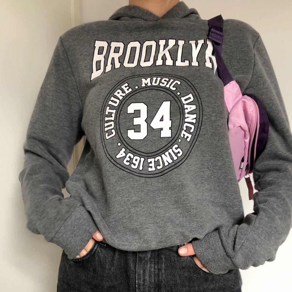 Den perfekta mysiga och slappa gråa hoodien med ett härligt tryck!. Huvtröjor & Träningströjor.