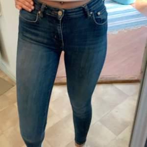 Only jeans i mörblå tvätt💙 Försiktigt använda i fint skick🥰 Sitter snyggt på och har mycket strech🌺 Pris kan diskuteras🤩
