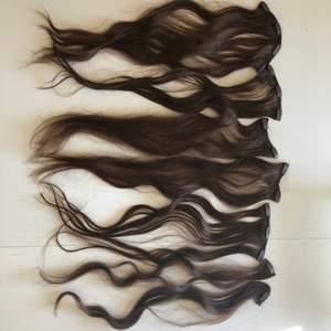 Mörkbrunt löshår (60cm) med clips i 7 delar köpt på en butik som funnits i mall off scandinavia, endast använt några gånger så det är i fint skick. Nypriset var ca 1800kr, pris kan diskuteras vid snabb affär. Äkta hår så går att locka, platta osv.