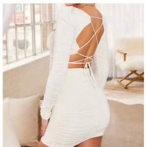 Säljer denna fina klänning från ohpolly eftersom att den inte används, har endast haft på mig den en gång och är i jättebra skick. Sitter jättefint på kroppen och har en fin urringningen men öppen rygg.