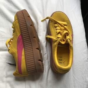 Superfina gula platform skor från puma. Jag har knappt använt dem trots nypriset 1400kr. Dessa bör inte ligga i min garderob och skräpa. De är väldigt sköna och domsaga väldigt lite använda därav är färgen fin och skicket bra. Samfrakta gärna :)💗
