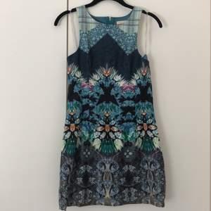 Mönstrad fodralklänning inköpt i USA. Formsydd för perfekt passform! Kort i modellen så skulle säga att den passar XS/S. L'Atiste by Amy är märket. Köpare står för frakt.