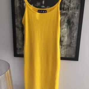 Stretchig klänning som passar S/M.