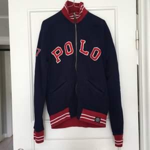 Tröja med dragkedja från Polo Ralph Lauren i storlek M. Väl använd, därav priset.
