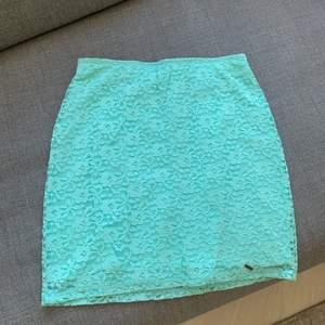 Blommig, Turkos spets kjol. Använd 1 gång. Frakt tillkommer
