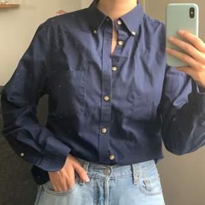 Skjorta från märkes Charles Tyrwhitt, storlek M i slim. Frakt kostar 59kr.