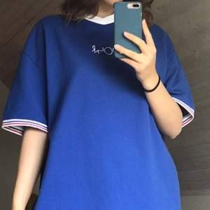 Säljer en skitcool oanvänd klarblå Polar T-shirt! Väldigt oversized och unik!!