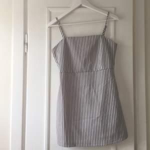 Denna fina klänning är använd max 3 gånger och säljs då den tyvärr inte längre passar mig. Det står att den är i storlek M men den är snarare i storlek S.